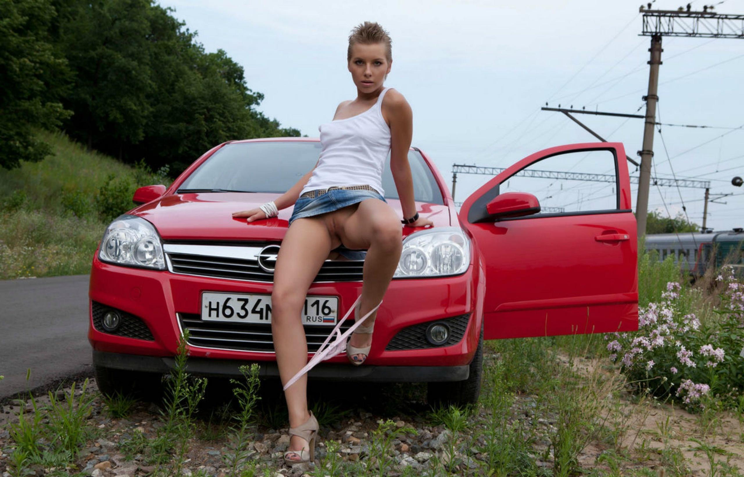 Фото эротика на капоте авто