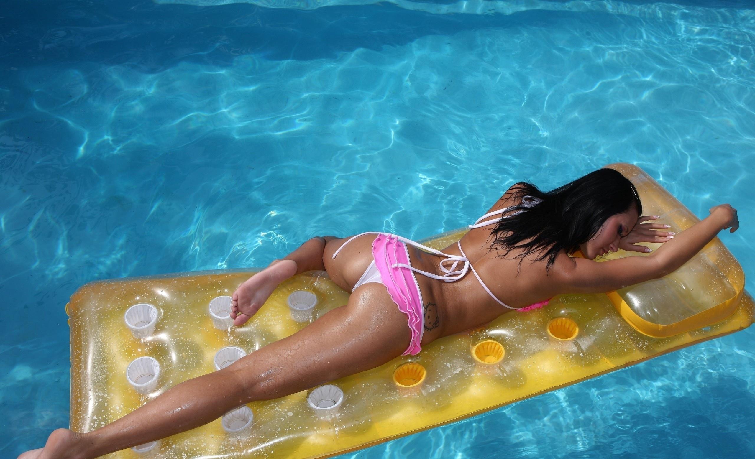 Молодая мулатка позирует у бассейна  594897