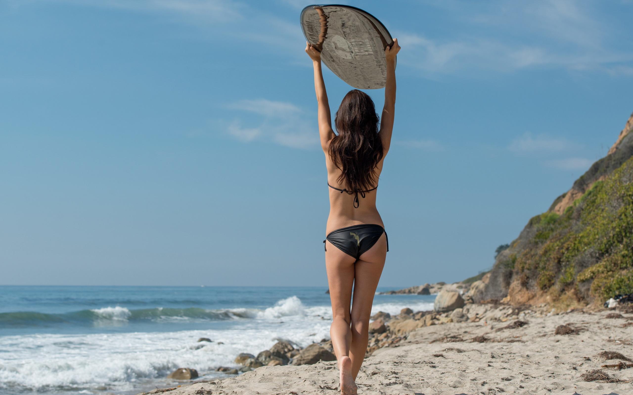 Худенькая девка с офигительным телом позирует на фоне моря  47403