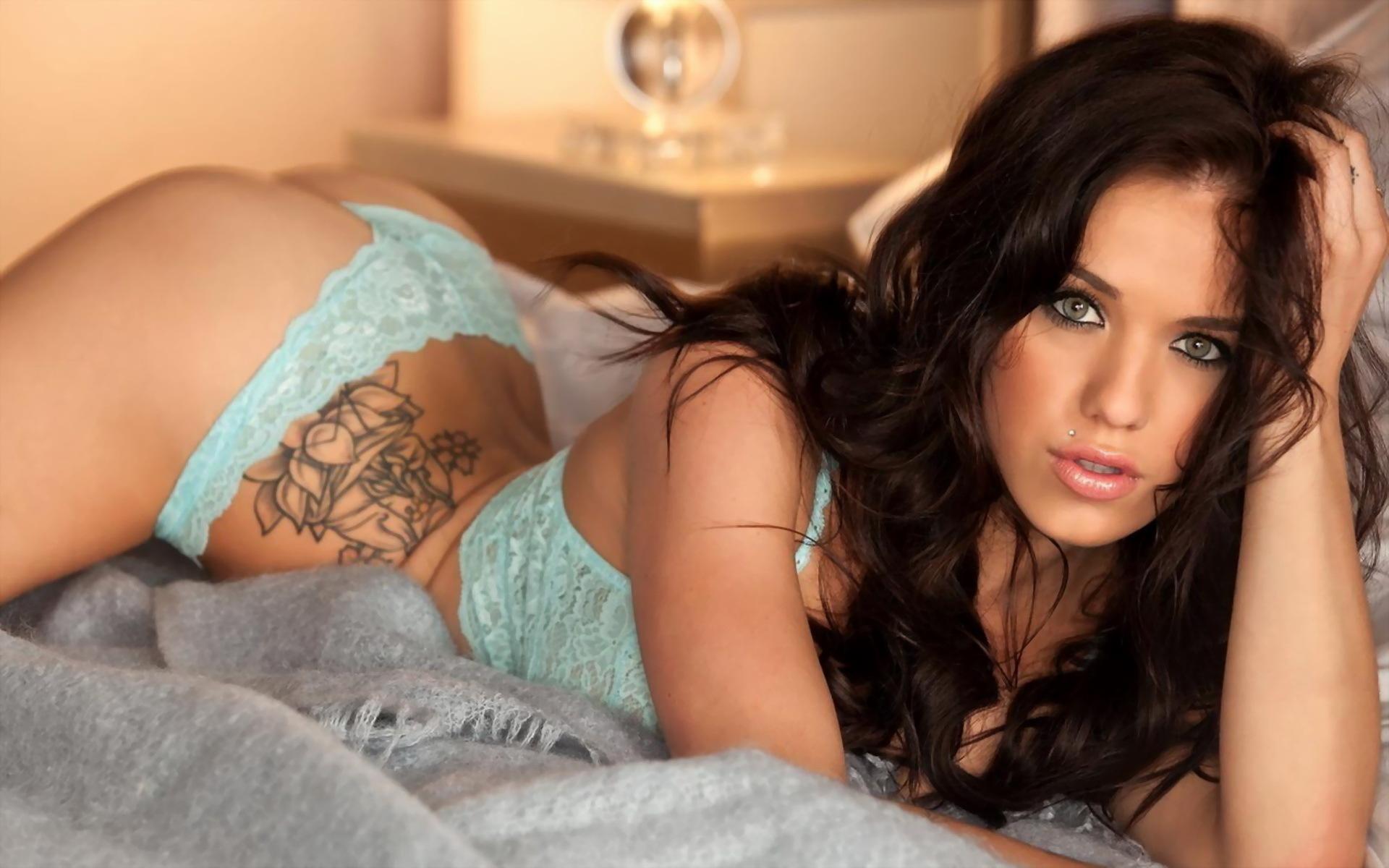 Татуированная телка снимает кружевное бельё в спальне  477027