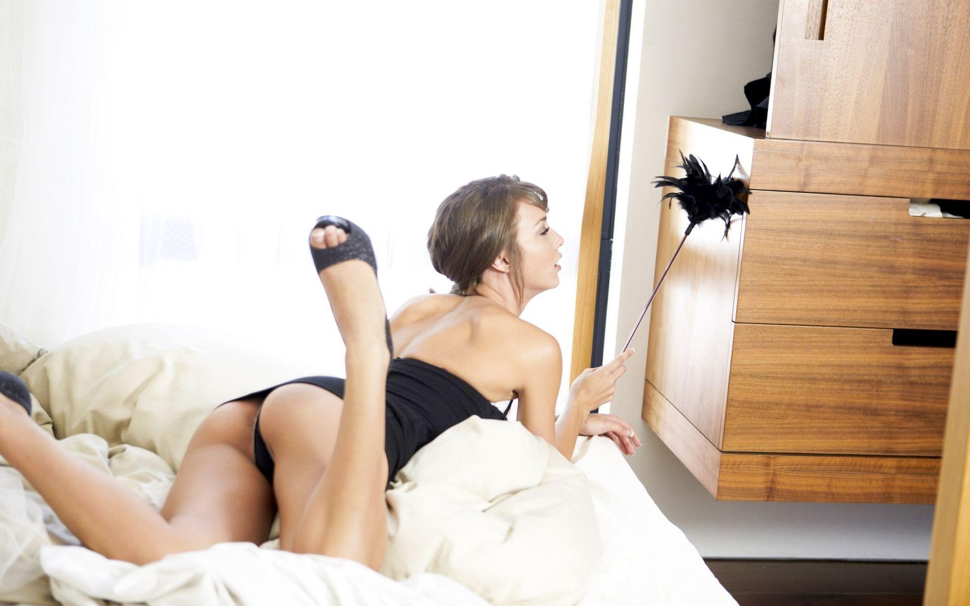 Эротика от бесстыжей голой девушки на кровати  637986