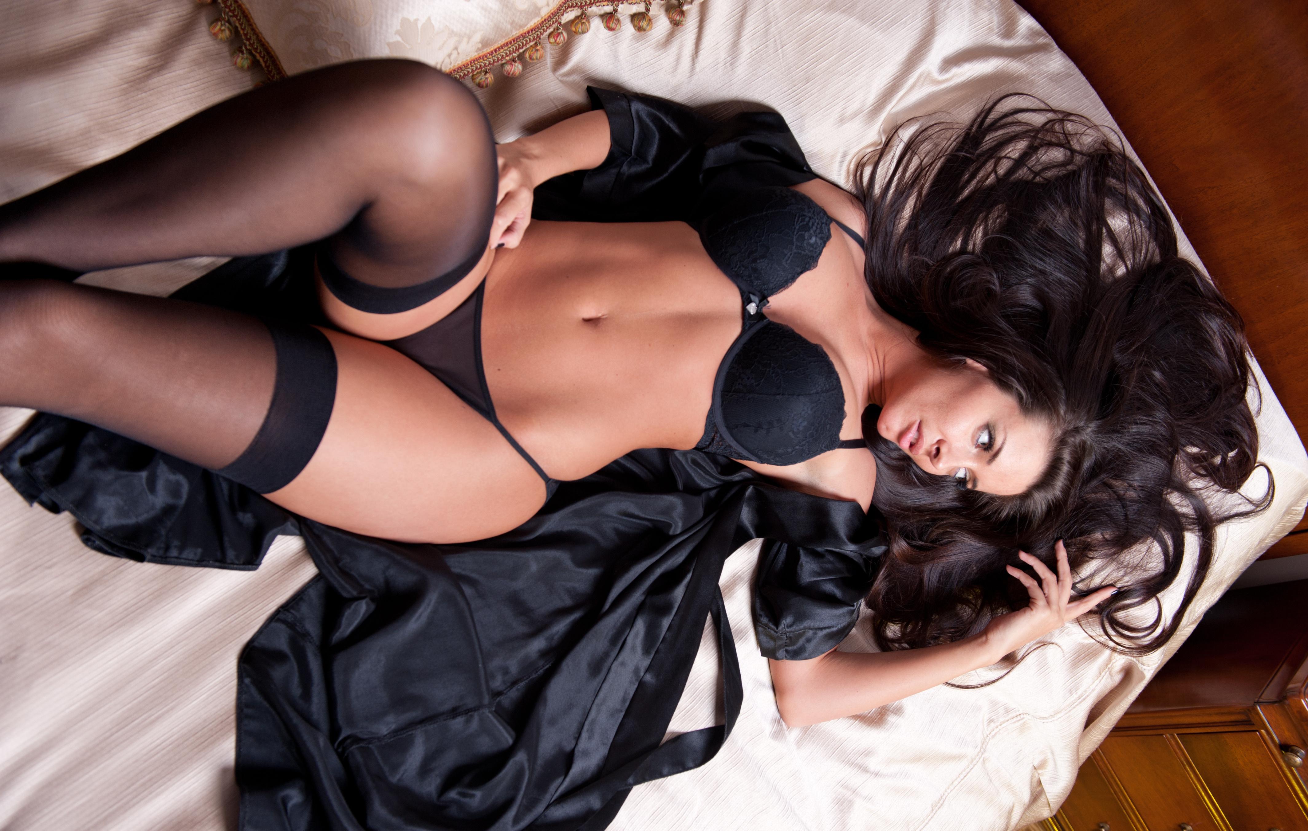 Секс на кровати в халате 11 фотография