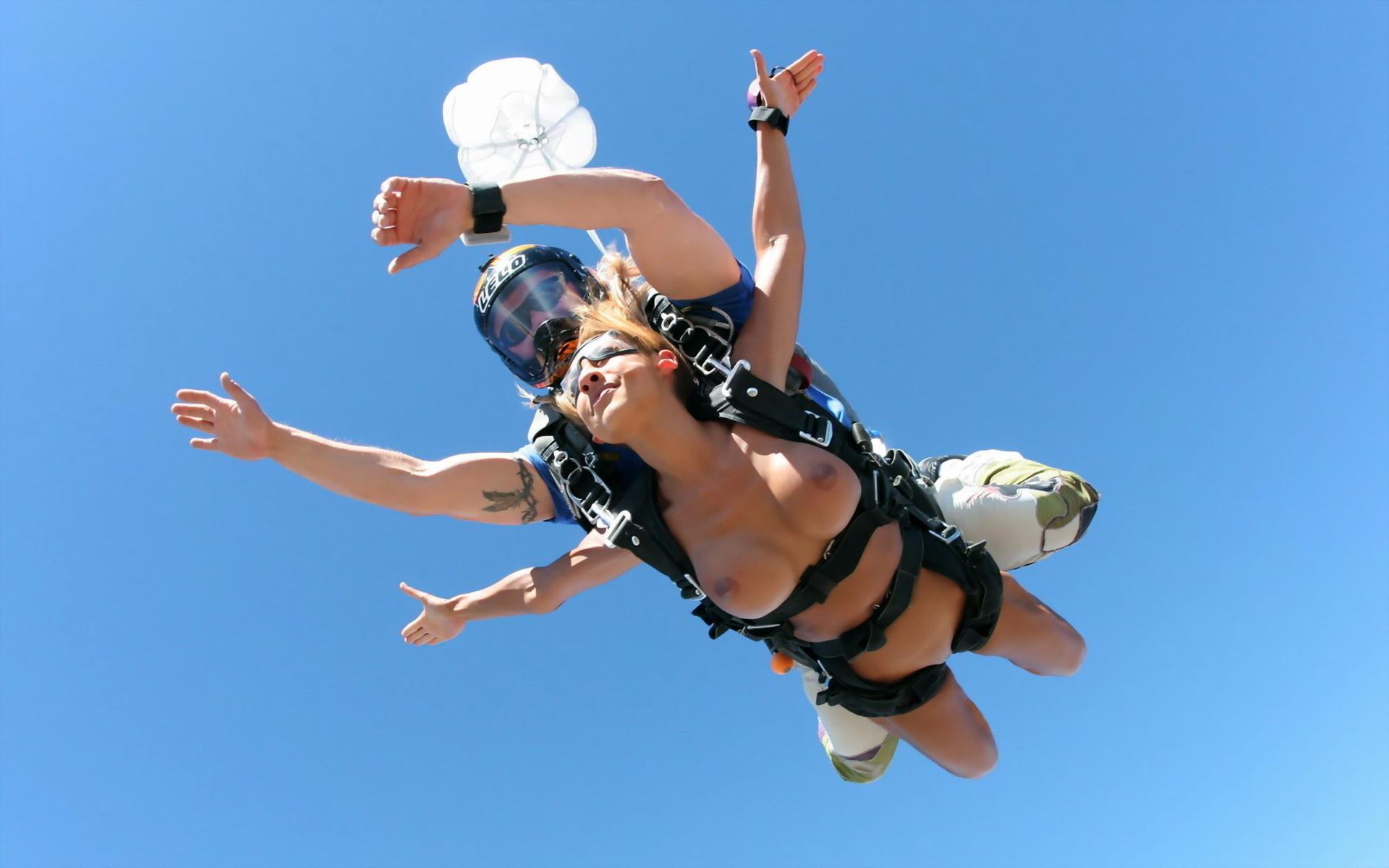 Титьки на парашутах 7 фотография