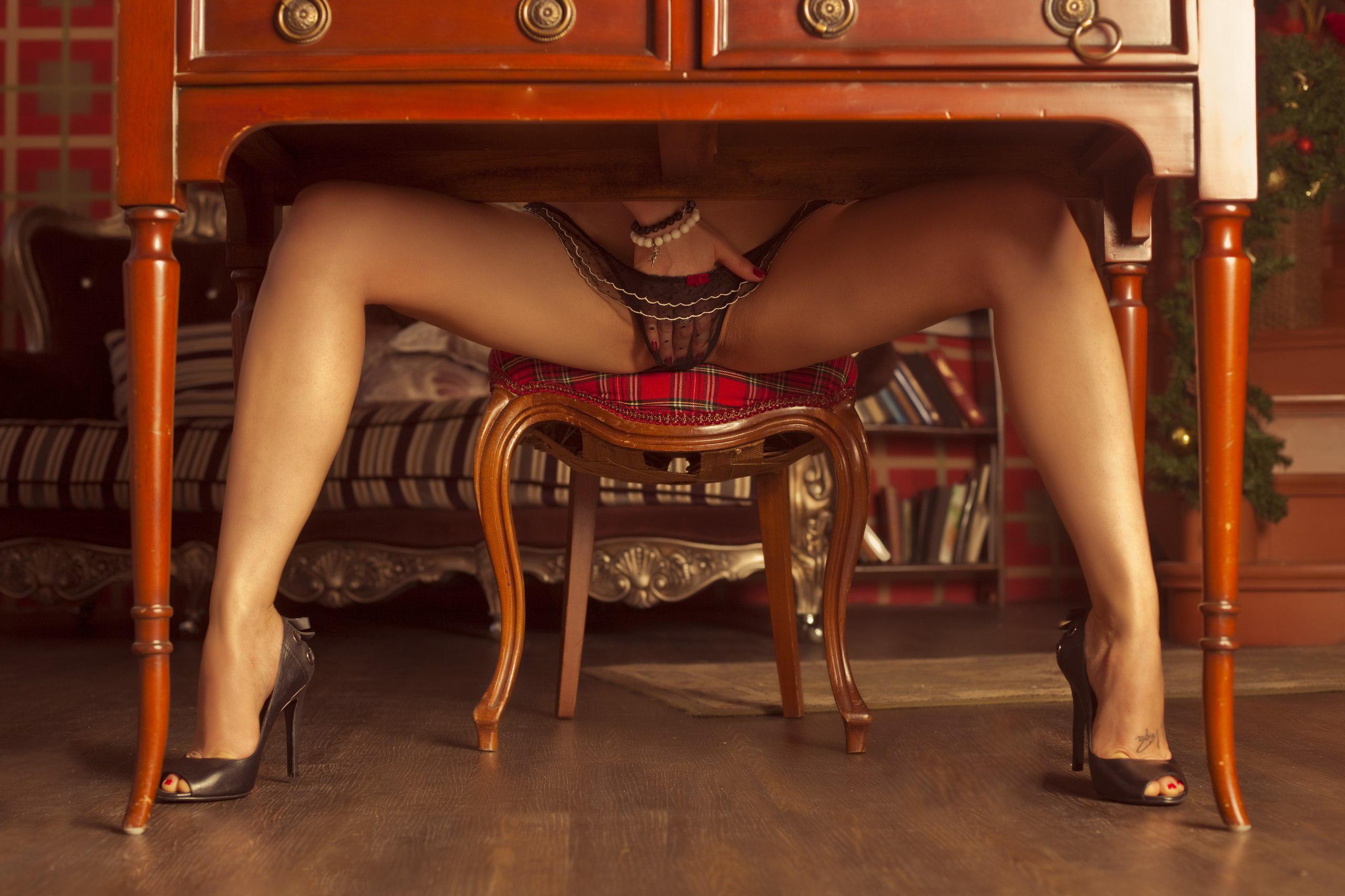 na-foto-razdvinula-nogi