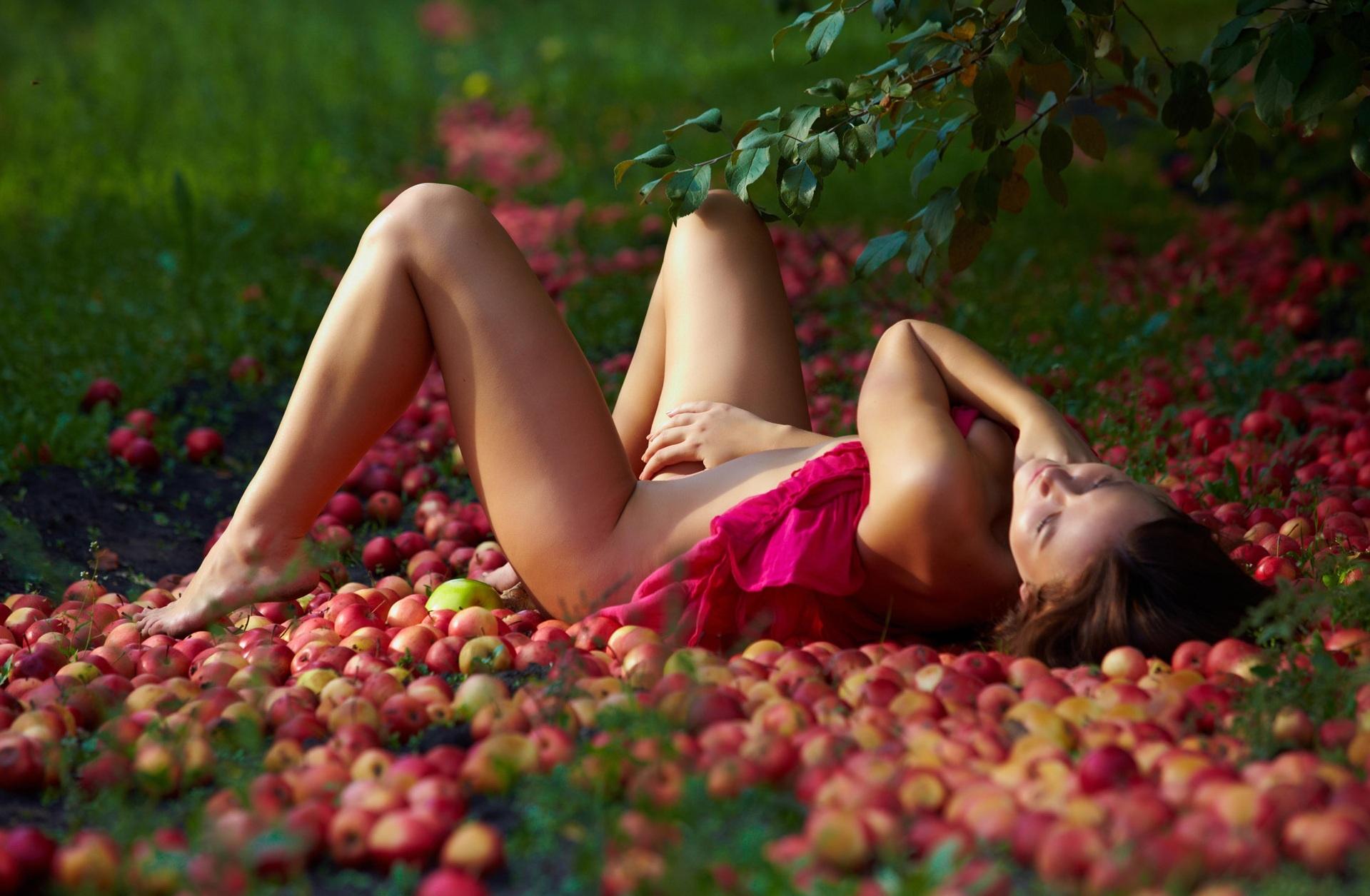 Эротика в летнем саду 18 фотография