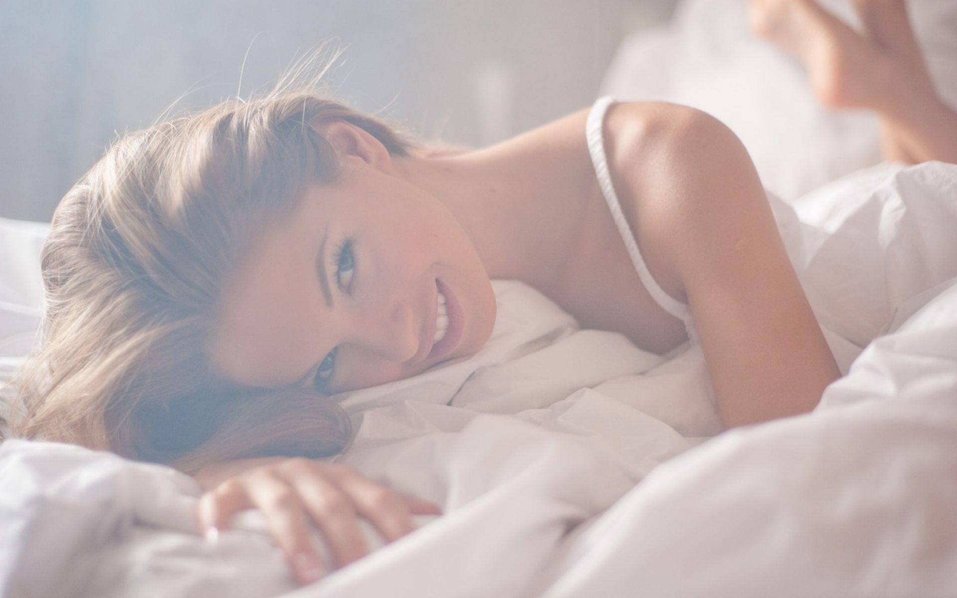 Фото девушки в кровати