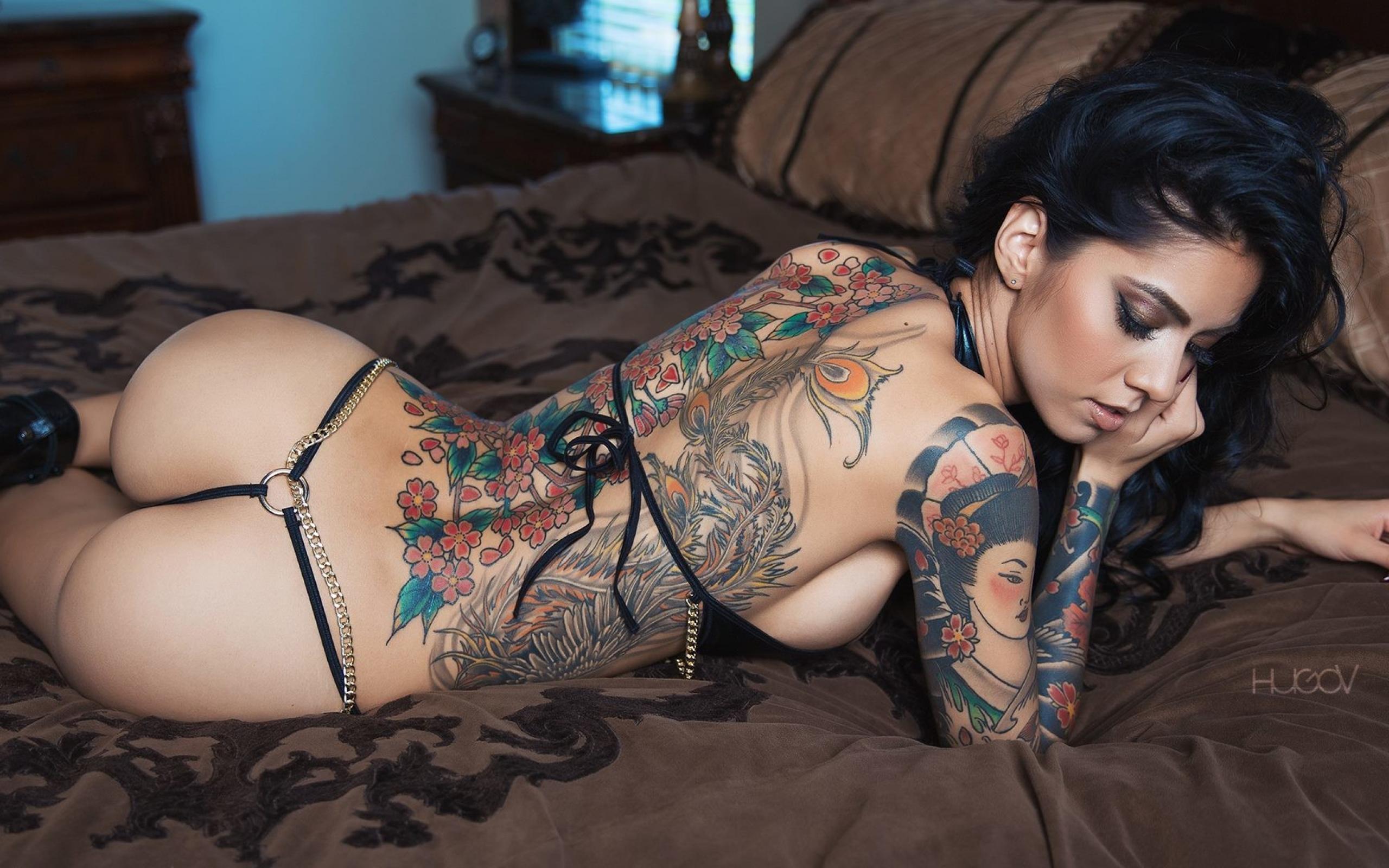 Extreme tribe tattoos on naked babes — photo 12