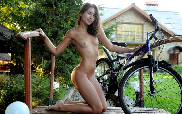 Nude hot girl pee