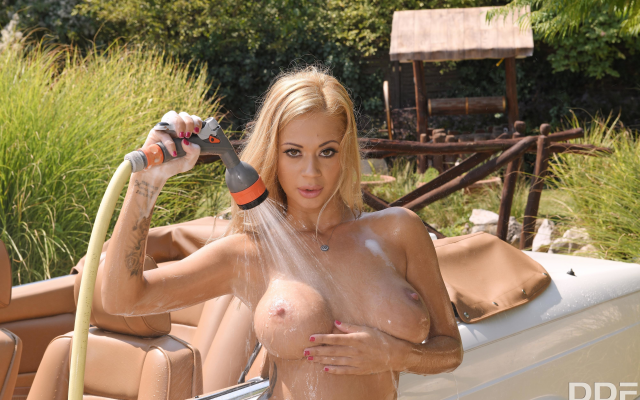 4000x2667 pix. Wallpaper peneloppe ferre, blonde, naked, car wash, boobs, big tits, nipples, wet