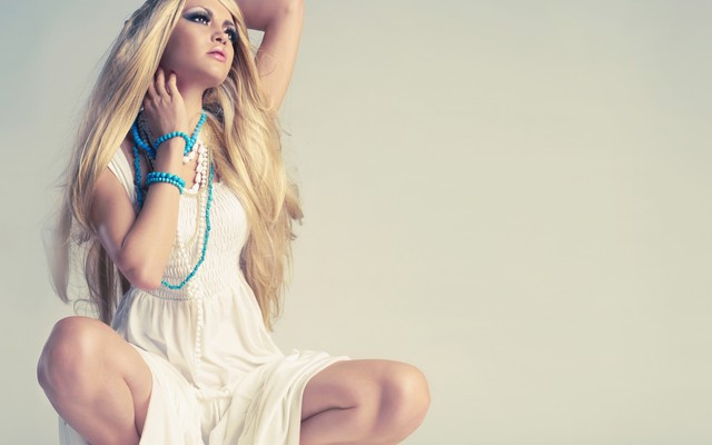 4000x2919 pix. Wallpaper girl, eye, model, hair, pose, background, beads, makeup, dlinnye, v storonu, beloe platye