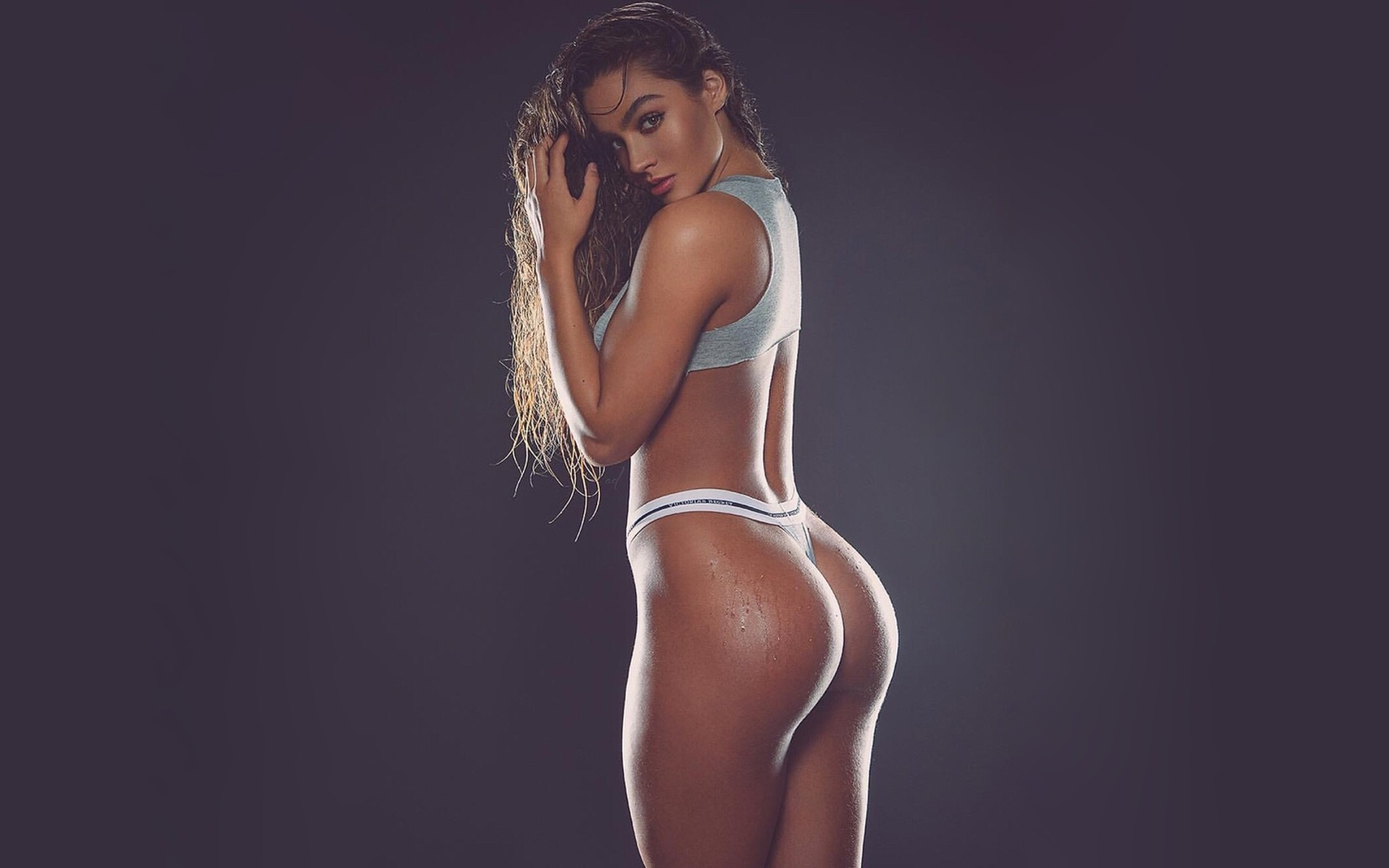 Модели с попкой, строгая дама сосет хуй порно